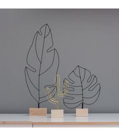 Es una escultura contemporánea y original realizada en alambre y base en madera, un elemento único y de edición limitada que solo encontrarás en R Diseño.