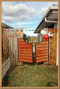 DIY saloon doors for a wild west cowboy #party 'Puertas de saloon para fiesta temática del oeste.'