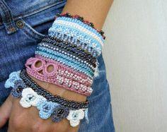 Gehäkeltes Armband Manschette, häkeln, Perlen Armband, Schmuck häkeln, häkeln Vintage, Armband grau, hellblau, Rose Asche, weiß, Glasperlen