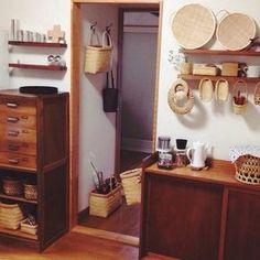 かごなどの小物使いと、古家具の味がでていてまるでお店のような台所。