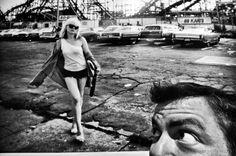 A exposição Let's Rock, do fotógrafo Bob Gruen, na Oca, parque Ibirapuera, em São Paulo.  Nesta foto o meu amigo Simão, olhando a foto aonde aparece a cantora Deborah Harry, do Blondie.  Data: 10.04.2012