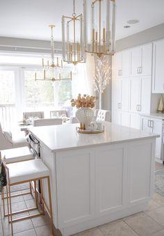 Elegant Gold and White Christmas Kitchen Decor Ideas White Kitchen Island, Kitchen Island Decor, White Kitchen Decor, Gold Kitchen, White Kitchen Cabinets, Kitchen Paint, Kitchen Countertops, New Kitchen, Kitchen Design