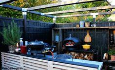 Tina Dalbøges terrasse med udekøkken af bygget op af traller fra stilladser - Morsø forno pizzaovn i gårdhave