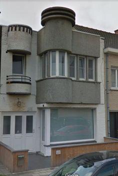 Verouderde voorgevel in De Panne omgetoverd naar een moderne woning. Crepi (RAL 9016) en detail in granietpleister. Multi Story Building, Facades, Modern, Trendy Tree, Facade