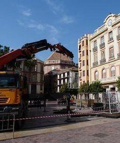 Desmontaje del árbol en la plaza de la Constitución.