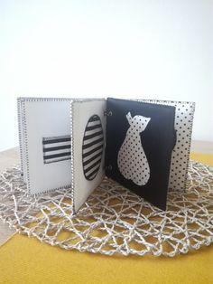 Černobílá+knížka+pro+nejmenší+s+inicialou+Černobílá+knížka+pro+nejmenší+děti+v+kontrastním+provedení+je+ušitá+z+bavlněného+platná.Každá+stránka+je+zvlášť+vystužená+nažehlovacím+ronoplastem.+Každý+tvar+je+podžehlený+vlizelínem.+Rozměry+stran+jsou+10x10cm.+V+ceně+je+kniha+o+10+stránkách+včetně+titulní+strany+s+iniciálou+jména+obdarovaného+dítěte....