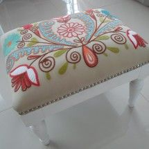 banqueta shynka Crochet Pacifier Holder, Hand Embroidery, Machine Embroidery, Floor Pouf, Chair And Ottoman, Handmade Baby, Mosaic Art, Cool Furniture, Needlepoint