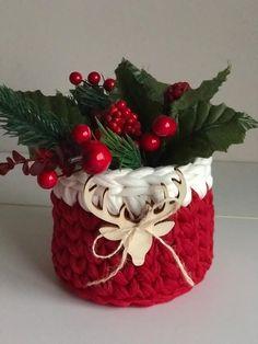 Crochet Christmas Gifts, Christmas Wreaths, Christmas Decorations, Christmas Ornaments, Holiday Decor, Crochet Bear, Basket Decoration, Amigurumi Toys, Gift Baskets