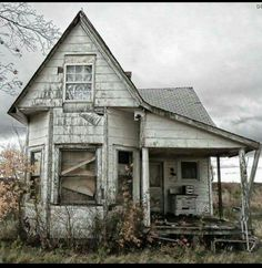 abandoned places This tiny abandoned old farm house really intrigues me. When a place is abandoned it is for good reason. Abandoned Buildings, Abandoned Farm Houses, Abandoned Property, Old Farm Houses, Abandoned Mansions, Old Buildings, Abandoned Places, Mansion Homes, Haunted Places