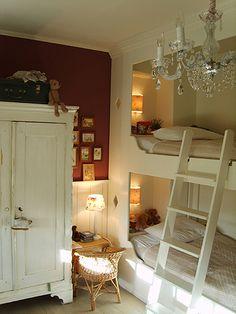 Mooi, de omlijsting van het bed en het nachtkastje aan het hoofdeind.