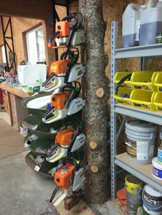 The original chainsaw holder! The original chainsaw holder! The post The original chainsaw holder! appeared first on Werkstatt ideen. Diy Garage Storage, Garage Organization, Tool Storage, Storage Spaces, Storage Rack, Organizing, Garage Tools, Garage Shop, Yard Tools
