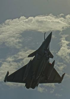 A French Rafale Marine aircraft of Squadron deployed aboard the French nuclear aircraft carrier Charles de Gaulle (CDG) performs carrier qualifications aboard the U. Military Jets, Military Aircraft, Fighter Aircraft, Fighter Jets, Black Beast, Close Air Support, Airplane Flying, Top Gun, Boats