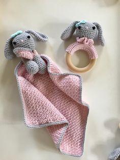 Tutteldoekje met konijntje Bunny Crochet, Crochet Bebe, Baby Girl Crochet, Cute Crochet, Crochet Animals, Crochet Dolls, Knit Crochet, Amigurumi Patterns, Crochet Patterns