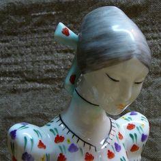 Kezzel Festett Hungary Sitzende Frau in Tracht, gemarkt 4831 ANMUT shabby