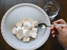 Pěnové bonbóny nasypte do vhodné misky a lehce je pokropte vodou (1 lžička) nebo citrónovou šťávou.