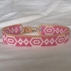 Un plaisir estival perles bracelet avec détails métalliques et une fermeture à bascule.  Chaque bracelet est fait à la main une perle à la fois. Environ un demi pouce largeur et sept pouces de longueur pour sadapter à un poignet moyen womens. Message de moi au sujet des variations de couleur, tout est possible