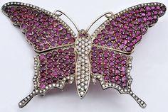 """Antiga broche """"butterfly"""" de ouro branco 18k, com aplicações de aprox. 115 diamantes em suas"""