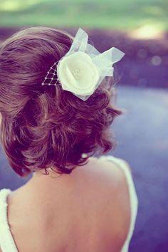 ゆるふわパーマとワンポイントヘアアクセの組み合わせがキュート☆ Aライン・プリンセスドレスに合うボブの髪型まとめ。ウェディング参考用。