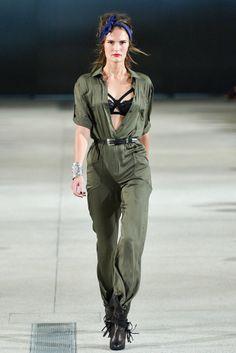 Alexis Mabille. Me encanta este look (bueno quitaría el pañuelo). Chica dura con un toque sexy. Quiero un mono, que quedan muy monos