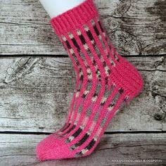 Rikkaruohoelämää: Jokunen villasukka jälleen Knitting Socks, Hand Knitting, Knitting Patterns, Cool Socks, Awesome Socks, Knit Or Crochet, Sock Shoes, Handicraft, Slippers