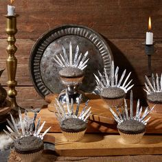 Game of Thrones is about the Iron Throne, after all, so no party would be complete without these edible replicas.This recipe is courtesy of Reynolds… Bolo Game Of Thrones, Game Of Thrones Kuchen, Game Of Thrones Food, Game Of Thrones Decor, Game Of Thrones Facts, Game Of Thrones Funny, Game Of Thrones Premiere, Got Party, Game Of Trones