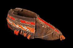 Mémoires Amérique française Native American Genocide, Native American Warrior, Native American Art, Native Indian, Native Art, Beaded Moccasins, Horse Gear, First Nations, Mocassins Boots