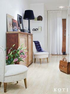 Verho ulko-oven edessä tekee eteisestä yhtenäisen. | Tukholman valkoinen rauha | Koti ja keittiö | Anna Kristeri | Kuva Kirsi-Marja Savola