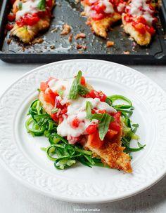 Filety z kurczaka w parmezanowej panierce pieczone z pomidorami i serem | Kwestia Smaku
