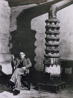 * Picasso au poêle atelier des Grands-Augustins 1939 - photo Brassaï