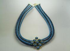 Colar com fios de couro em dois tons de azul  Pingento dourado com aplicação de pedras azuis mescladas R$ 23,00