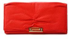 Výrazná sýto červená podlhovastá dámska peňaženka vyrobená z kvalitnej štruktúrovanej eko kože. Peňaženka má vpredu kovovú ozdobu a vo vnútri mincovník na sponu. http://www.yolo.sk/penazenky/damska-penazenka-mox-sinue-cervena