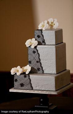 Tarta para boda glam rock con encaje negro y flores de color pastel