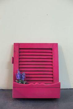 אדנית מתריס עץ בצבע ורוד נועז. עבודת יד  פריט ייחודי שמוסיף צבע ושמחה לבית, לכניסה ולכל חלל.