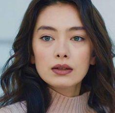 Neslihan Atagül Prettiest Actresses, Turkish Beauty, Turkish Actors, Red Lips, Kara, Actors & Actresses, Celebrity Style, Hair Makeup, Hair Beauty