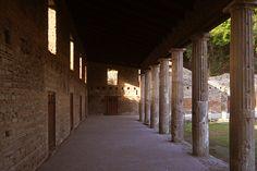 D.Signers   ¿Qué pasó en Pompeya? 26.Cuadripórtico de los teatros o cuartel de los gladiadores. El cuartel de los gladiadores se encuentra detrás del teatro grande donde desarrolla un gran cuadripórtico circundado por unas 74 columnas dóricas. (Ubicado en la zona VII).