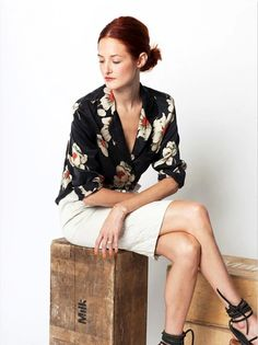 15 Ways To Wear Floral Prints Taylor Tomasi Hill Street Style Equipment Shirt White Skirt Sandals Via Garance Dore photo Taylor Tomasi, Kimono Fashion, Work Fashion, Floral Fashion, Street Fashion, Fashion Editor, Fashion News, Interview Style, Zara