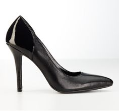 Basic Black Pump with a Twist |Pointed Toe Leather Pump. #Inspiration #ExpressHoliday