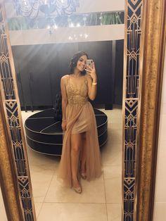 Vestido de formatura fluído, dourado com saia curta Dress Prom, Prom Dresses, Formal Dresses, Style, Fashion, Golden Dress, Mariage, Woman Costumes, Godmothers