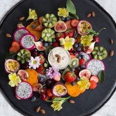 Lass die Gummibärchen im Schrank. Du servierst diese prächtige, farbenfrohe und super gesunde Obstplatte mit Mandeldressing und deine Gäste sind begeistert.