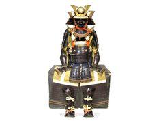 Tetsu kuro urushi nuri mogami dōmaru gusoku. Armure de type mogami dōmaru en fer laqué noir.