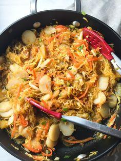9. Spaghetti Squash Chow Mein #comfortfood #squash http://greatist.com/eat/spaghetti-squash-recipes