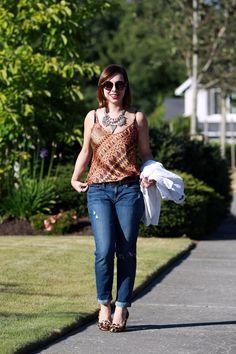 Regata de alcinha + calça jeans boyfriend para compensar a sensualidade. Por cima, uma jaqueta branca e, nos pés, estampa e textura pra um visual mais criativo e interessante