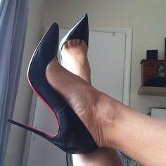 Black pumps and toe cleavage #stilettoheelslegs