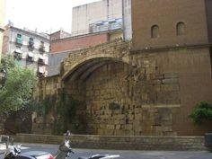 die sehr alte Römische Stadtmauer in Barcelona