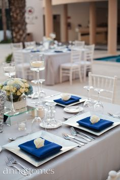 Navy blues and grays for elegant wedding by the pool. Wedding Design by Linens, Things and More in los Cabos.