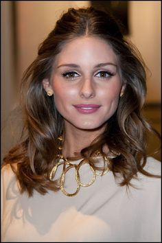 love the gold necklace against the white shirt - Olivia Palermo