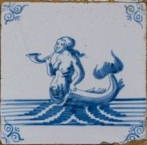 Tafereeltegel, blauw in wit, zeemeermin met hoorn, hoekmotief ossenkop