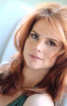 Sarah Rafferty as Donna Paulsen in Suits I Love Redheads, Hottest Redheads, Gorgeous Women, Beautiful People, Serie Suits, Donna Paulsen, Sarah Gray, Sarah Rafferty, Redhead Girl