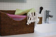 Rangement de serviette de salle de bains sur pinterest panier mural organisation de la salle for Range serviette salle de bain