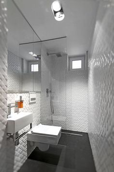 Apartamento moderno Polonia - Baño 2_opt Narrow Bathroom, Old Bathrooms, Ensuite Bathrooms, Bathroom Renovations, Bathroom Fixtures, Bathroom Toilets, White Bathroom, Modern Bathroom, Bathroom Inspiration